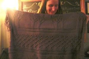 Superbe couverture torsadée tricotée par une collègue entre deux pintes.